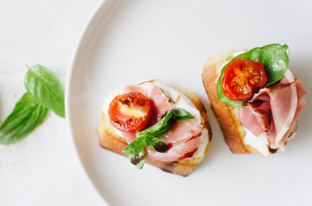 Crostini-with-Burrata-and-Prosciutto-veryEATalian-7