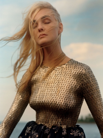 caroline-trentini-by-jamie-hawkesworth-for-vogue-us-december-2015-0