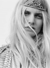 tiaras-and-grunge-reign-in-saint-laurents-springsummer-2016-campaign-1607337-1450891143.640x0c