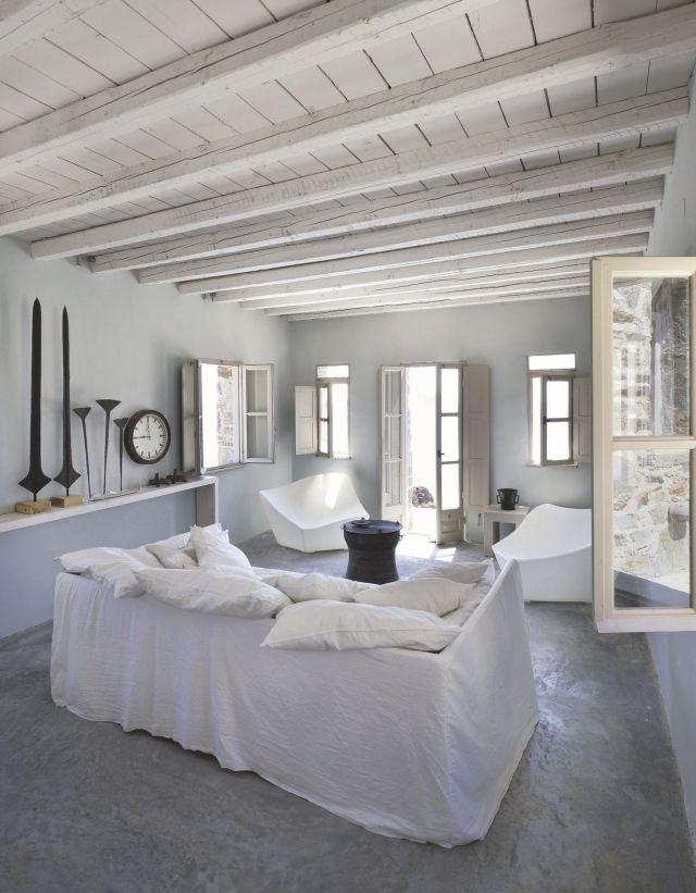 un-coin-salon-lumineux-dans-une-maison-d-archi-en-grece_5368685