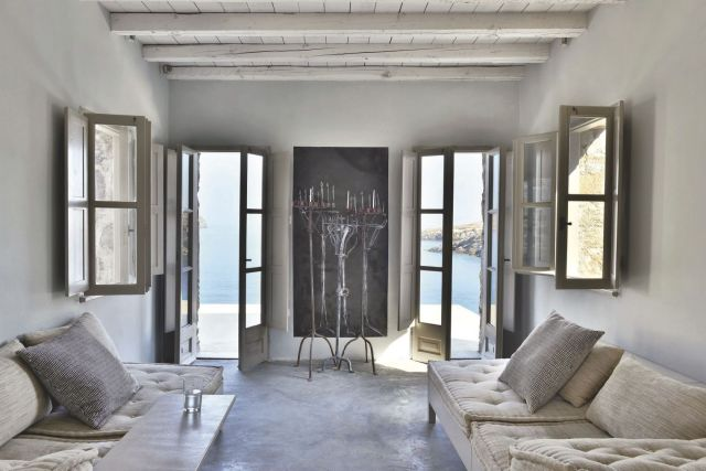 un-salon-avec-poutres-blanchies-en-grece_5368679