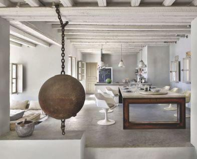 un-salon-blanc-et-brut-dans-une-maison-de-reve-en-grece_5368675