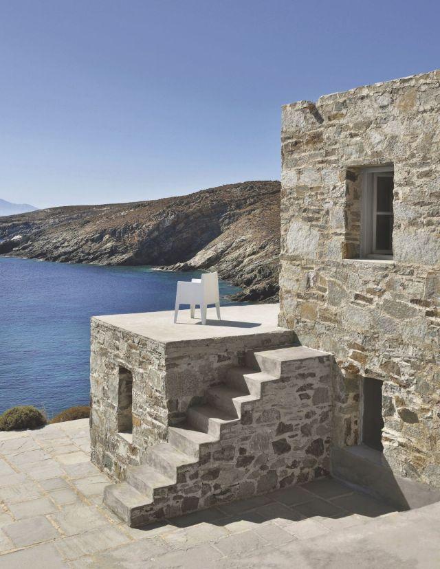 une-maison-taillee-dans-la-pierre-en-grece_5368673