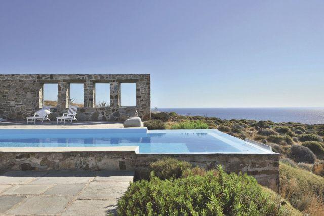 une-piscine-en-pierre-a-debordement-en-grece_5368671
