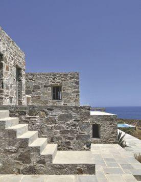 une-terrasse-en-pierre-pour-la-maison-d-archi-en-grece_5368687