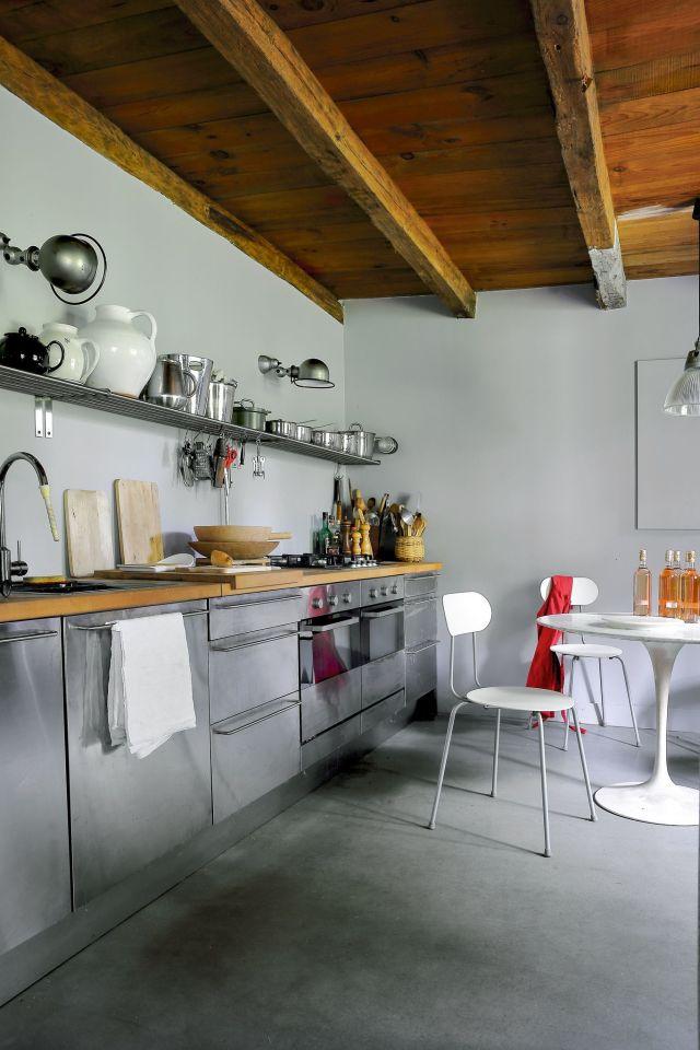 une-cuisine-tout-en-longueur-ou-laluminium-est-a-lhonneur_6097959